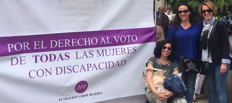 Mujeres con discapacidad reivindicando su derecho a votar