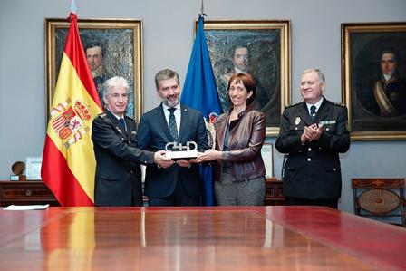 Concepción Díaz Robledo entregando a Ignacio Cosidó, Director General del Cuerpo Nacional de Policía, el Premio Cermi.es 2016 en su categoría Institucional a la Unidad de Familia y Muje