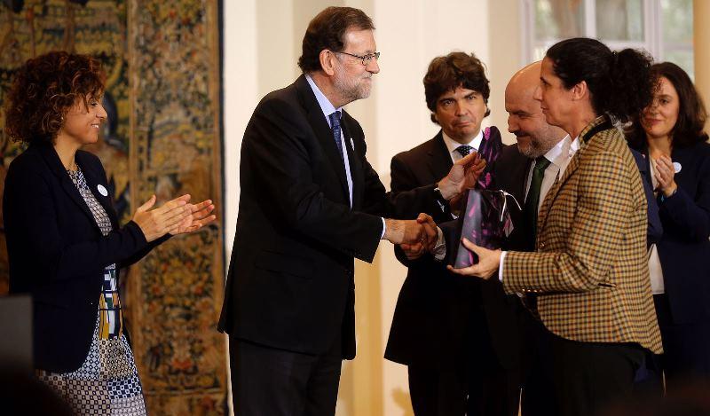 El presidente del Gobierno, Mariano Rajoy, entregando el reconocimiento a la directora ejecutiva de la FCM, Ana Peláez (foto: José Luis Roca)