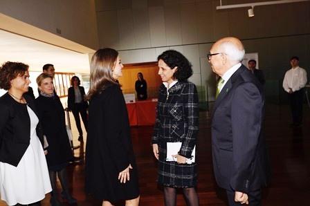 La reina Letizia y Ana Peláez saludándose en Congreso Internacional Mujer y Discapacidad celebrado en Ávila