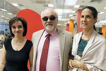 Yannis Vardakastanis, presidente del EDF, con Ana Peláez y Pilar Villarino en un encuentro en Servimedia