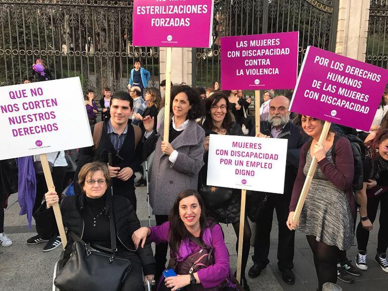Una delegación de la Fundación CERMI Mujeres (FCM) participó en participa en la marcha feminista de Madrid para visibilizar la desigualdad de las mujeres con discapacidad