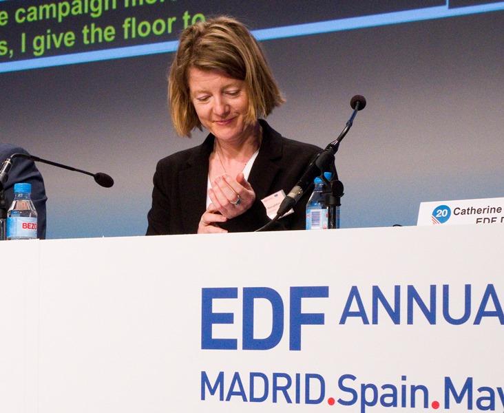 Catherine Naughton, directora del EDF, durante el transcurso de la mesa en la que el EDF pide que el Acta Europea de Accesibilidad recoja las demandas de las personas con discapacidad