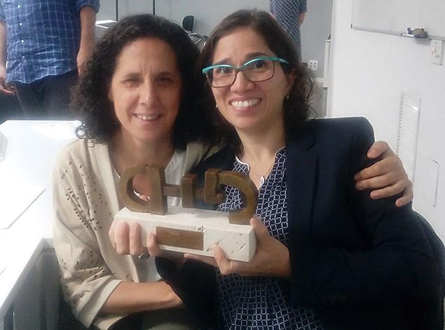 Catalina Devandas y Ana Peláez cogiendo juntas el premio CERMI otorgado a la Relatora de Naciones Unidas