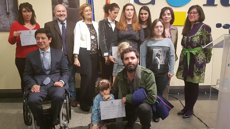 Foto de familia en la presentación de la exposición de fotografías de Fundación CERMI Mujeres
