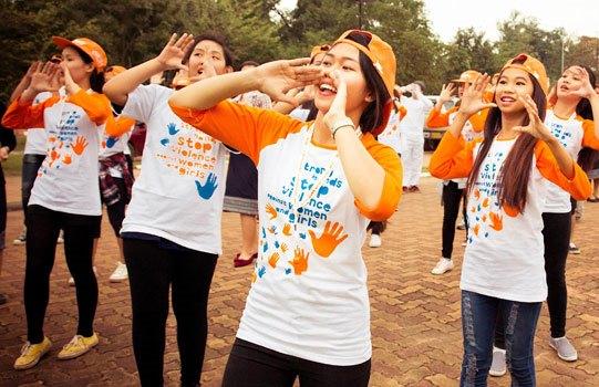 Grupo de jóvenes pintando el mundo de naranja (ONU Mujeres Laos/Daniel Hodgson)