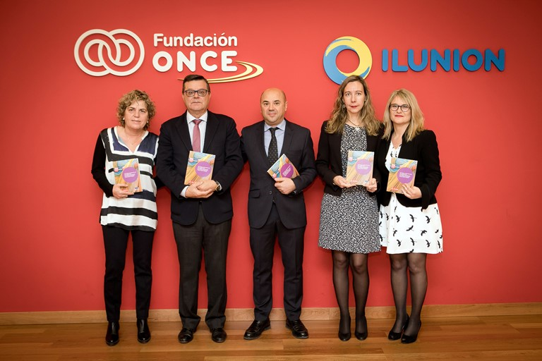 Foto de familia durante la presentación de la guía sobre violencia de género contra las mujeres con discapacidad de la Comunidad de Madrid