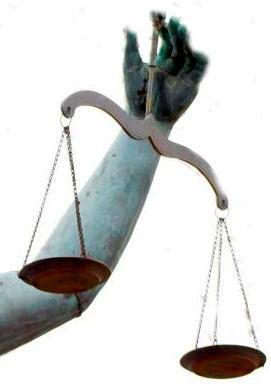 Detalle de una mano sujetando una balanza