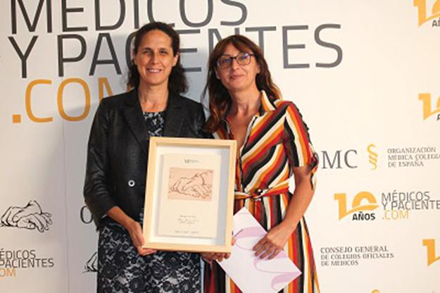 Ana Peláez, vicepresidenta de la Fundación CERMI Mujeres, recogió el galardón concedido por la OMC a la Fundación con motivo del 10º aniversario de Médicos y pacientes