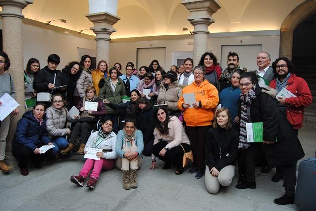 Foto de familia de la inauguración de la Exposición #YoTuEllas, organizada por Plena inclusión Extremadura y financiada por el Instituto de la Mujer de Extremadura