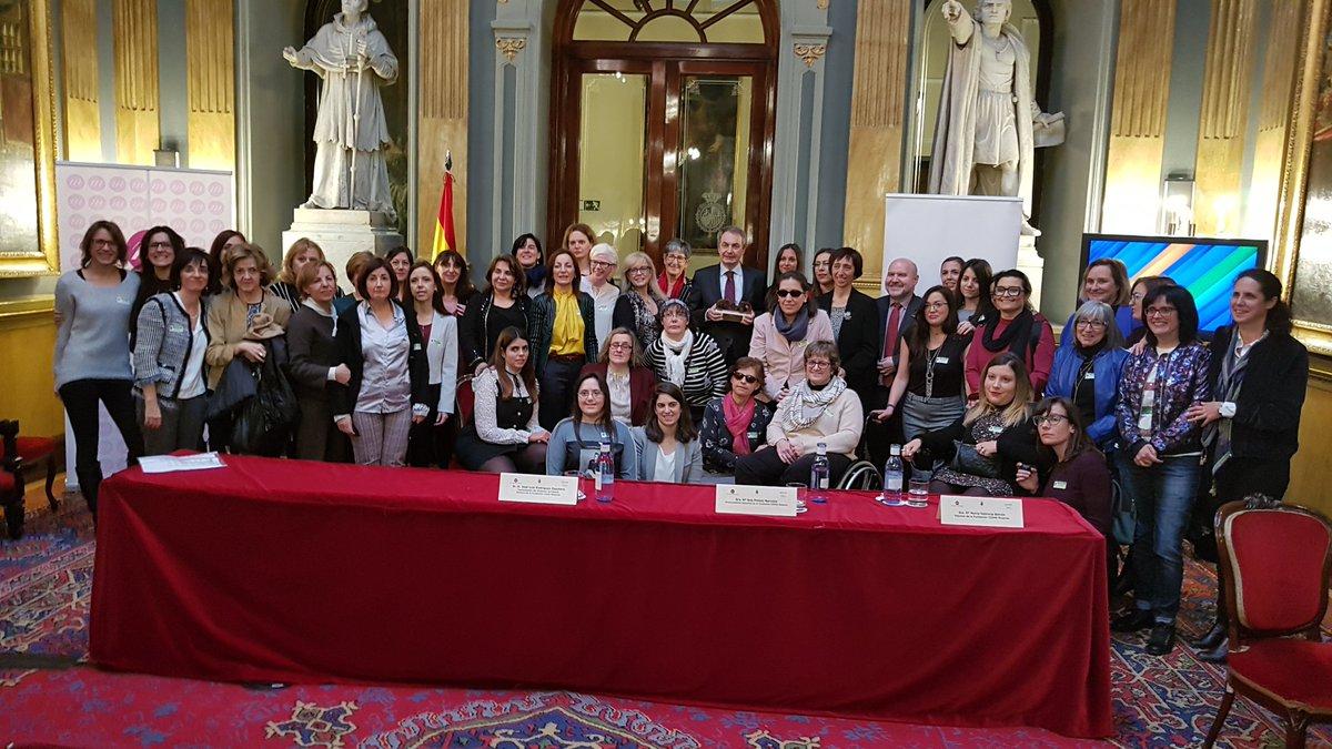Foto de familia de CERMI Mujeres con Zapatero en la II Conferencia Sectorial de Mujeres con Discapacidad celebrada en el Senado (Twitter Cermi Mujeres)