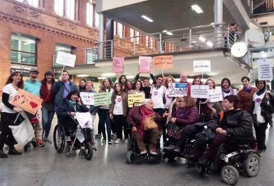 """CERMI Mujeres participa en la manifestación del 8-M para visibilizar a las mujeres y niñas con discapacidad: """"Basta de vulnerar nuestros derechos"""""""