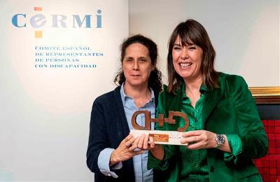 Mabel Lozano recoge el premio cermi.es por su vídeo 'diferente', que visibiliza la violencia contra las mujeres con discapacidad