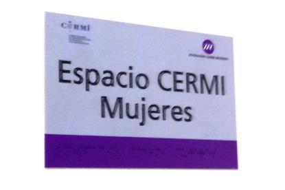 Cartel en la pared del nuevo espacio CERMI Mujeres en la sede del CERMI