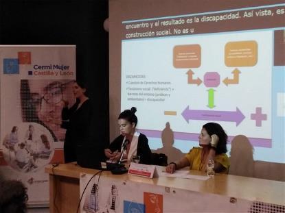 María Laura Serra, delegada de derechos humanos de Fundación CERMI Mujeres dando una ponencia durante las jornadas de CERMI MUJER Castilla y León