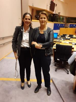 La vicepresidenta ejecutiva de la Fundación CERMI Mujeres (FCM) y vicepresidenta del Foro Europeo de la Discapacidad (EDF, por sus siglas en inglés), Ana Peláez Narváez con la responsable de igualdad